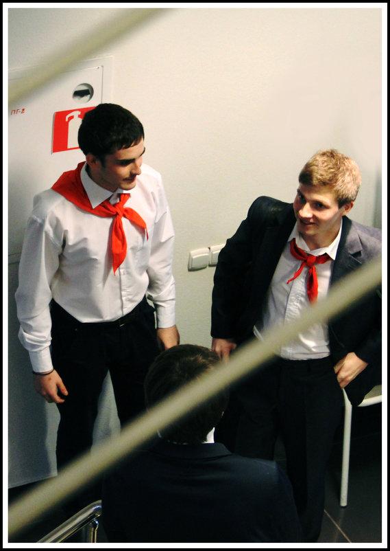 Как повяжешь галстук, Береги его: - юрий