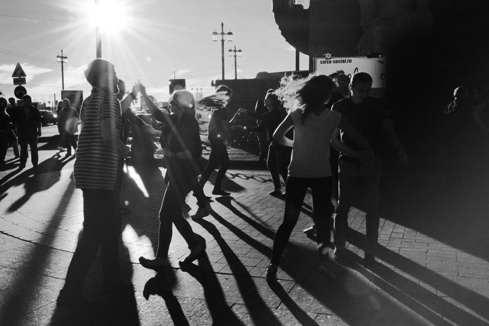 Когда в Питере выглядывает солнце, его жители танцуют. - Юлия Зеленкова