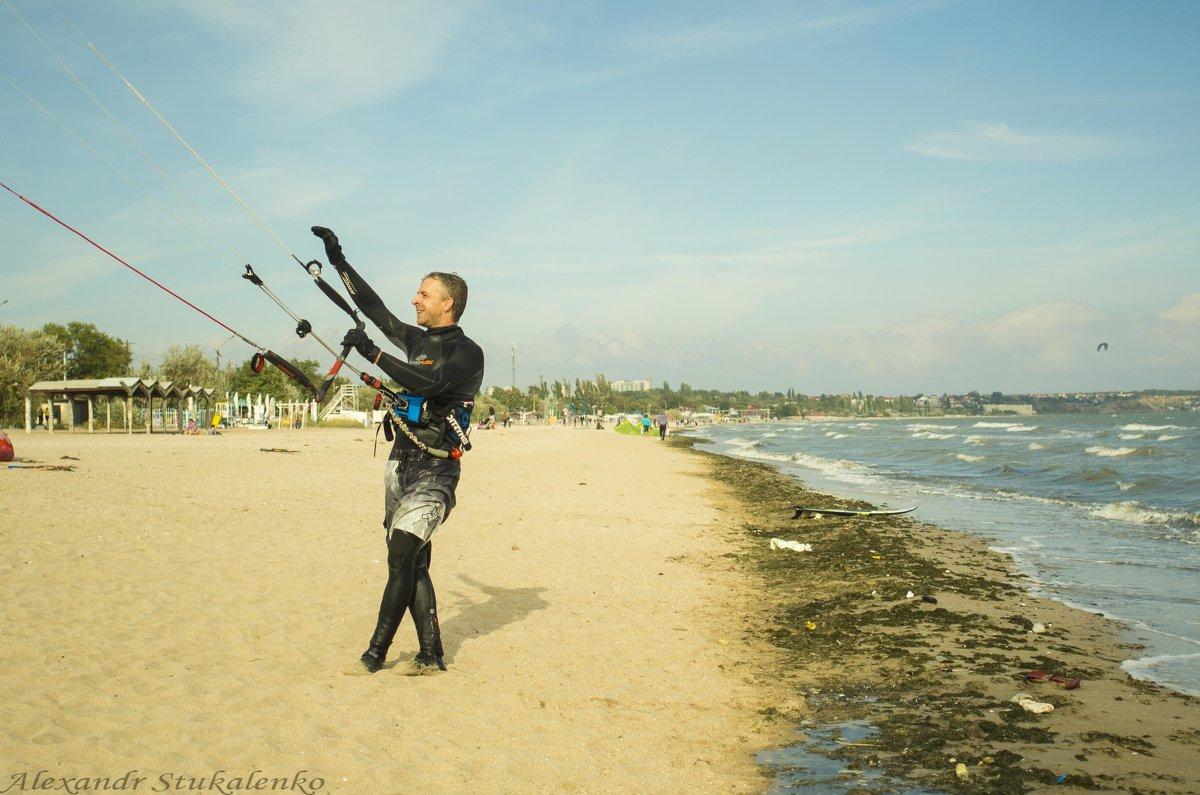 ..., а он танцует и на берегу - Александр