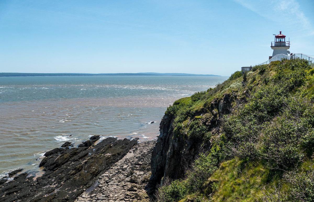 Залив Фунди,  маяк, скалы Hopewell Cape Rocks (Канада) - Юрий Поляков