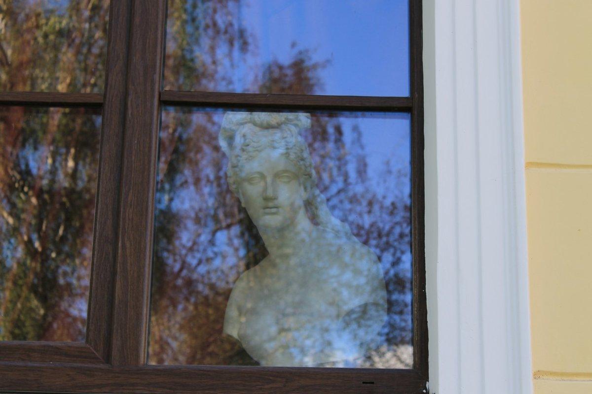 Дама в окне - Мария