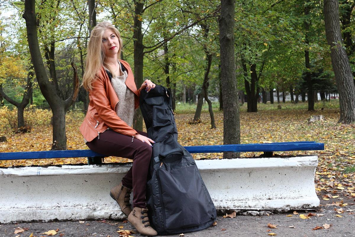 Девушка с гитарой в ожидании гитариста) - Сергей Касимов