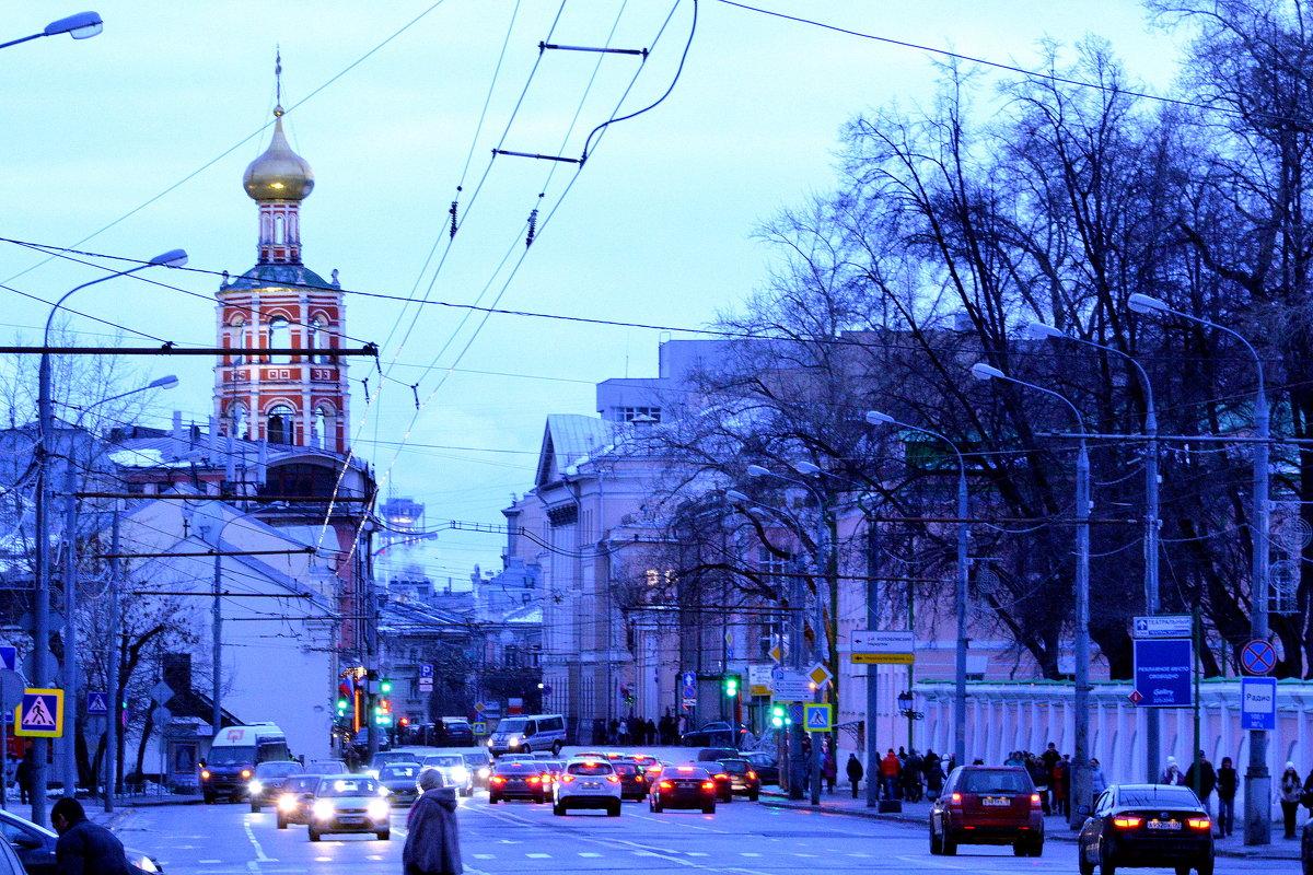 В суету городов и в потоки машин Возвращаемся мы - просто некуда деться! (с.) - Ирина Якунина