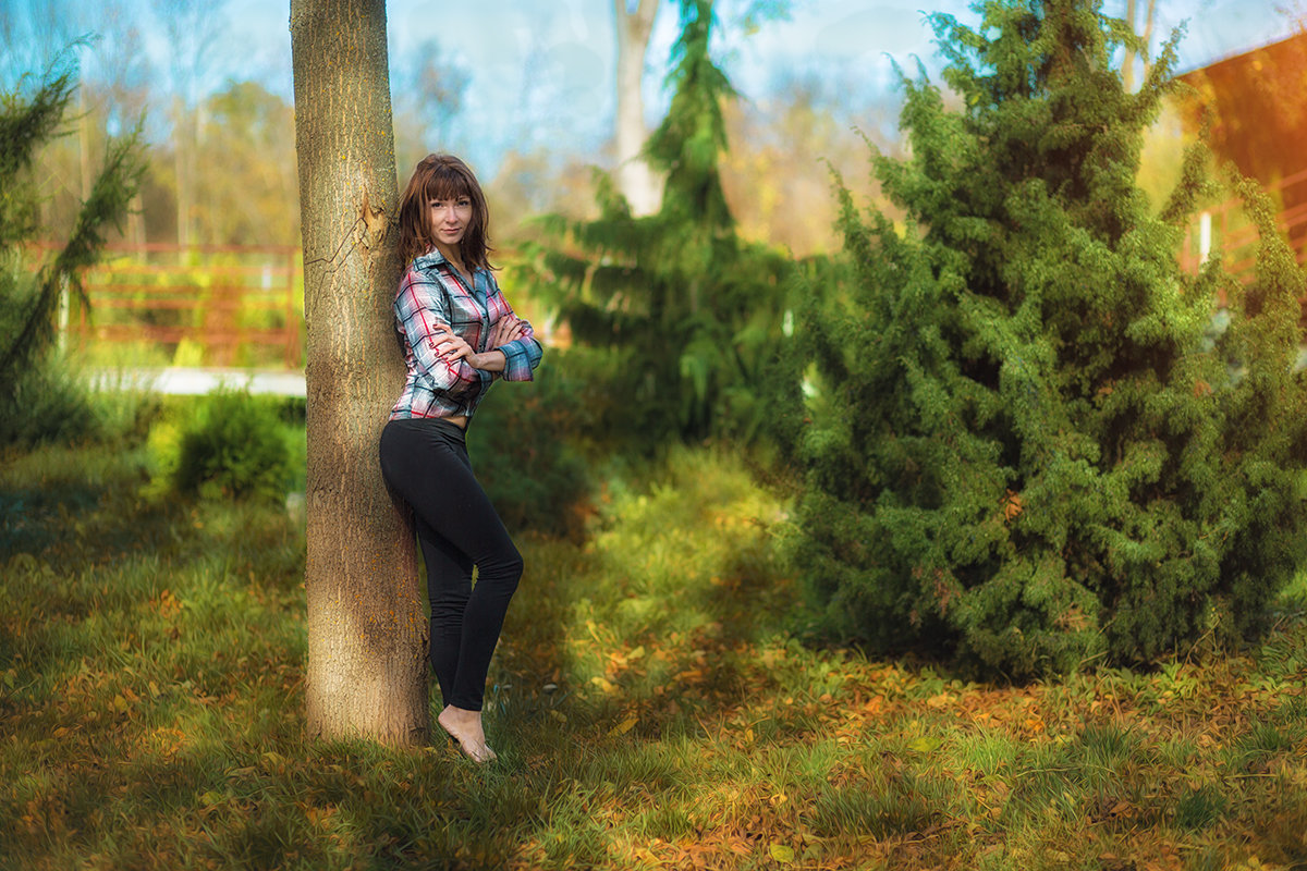Девушка у елей - Сергей