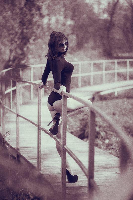 Девушка на мостике - Сергей