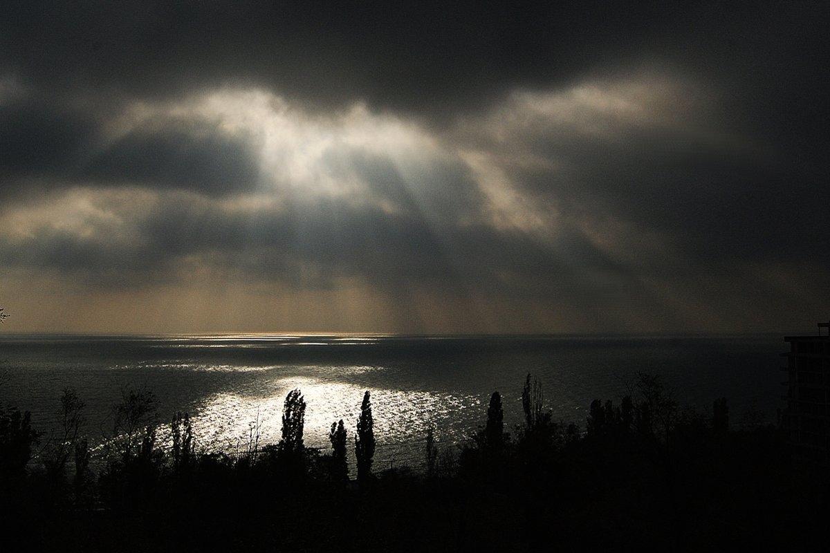 рисует солнышко лучами картину утра на воде... - Александр Корчемный