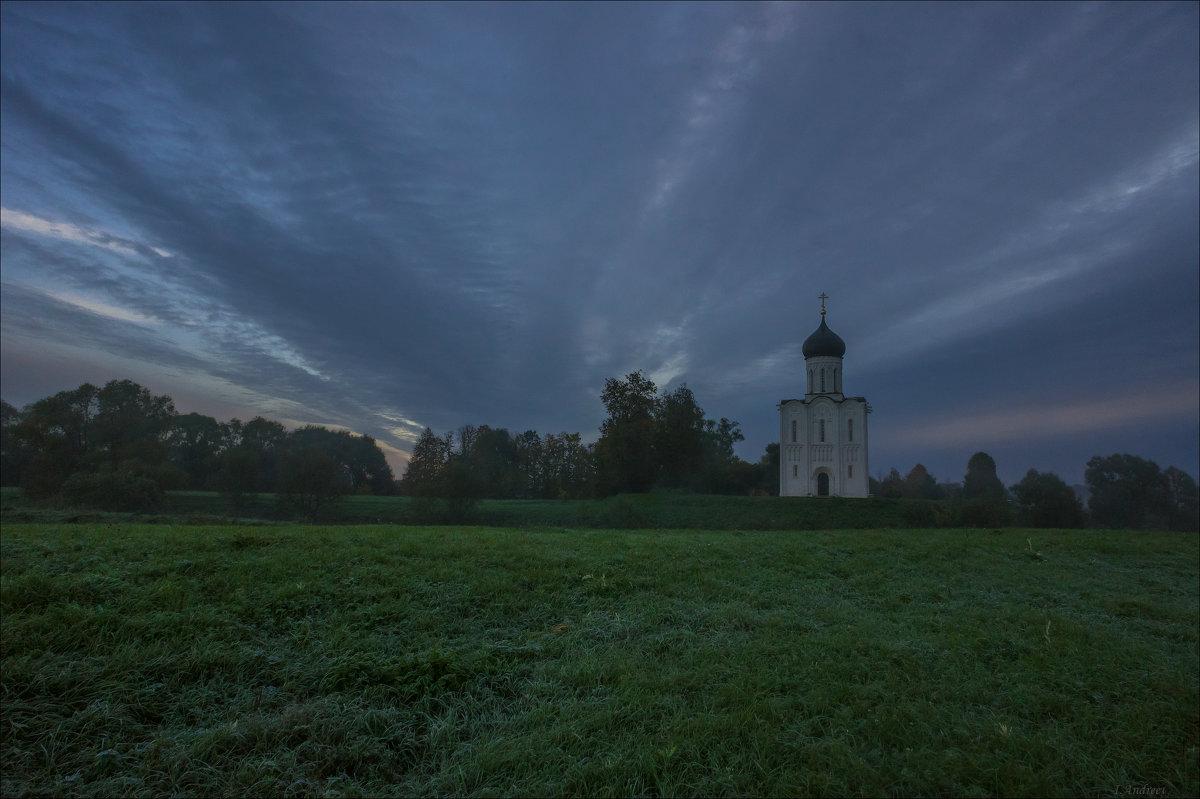 У храма Покрова на Нерли ранним утром в сентябре. - Igor Andreev