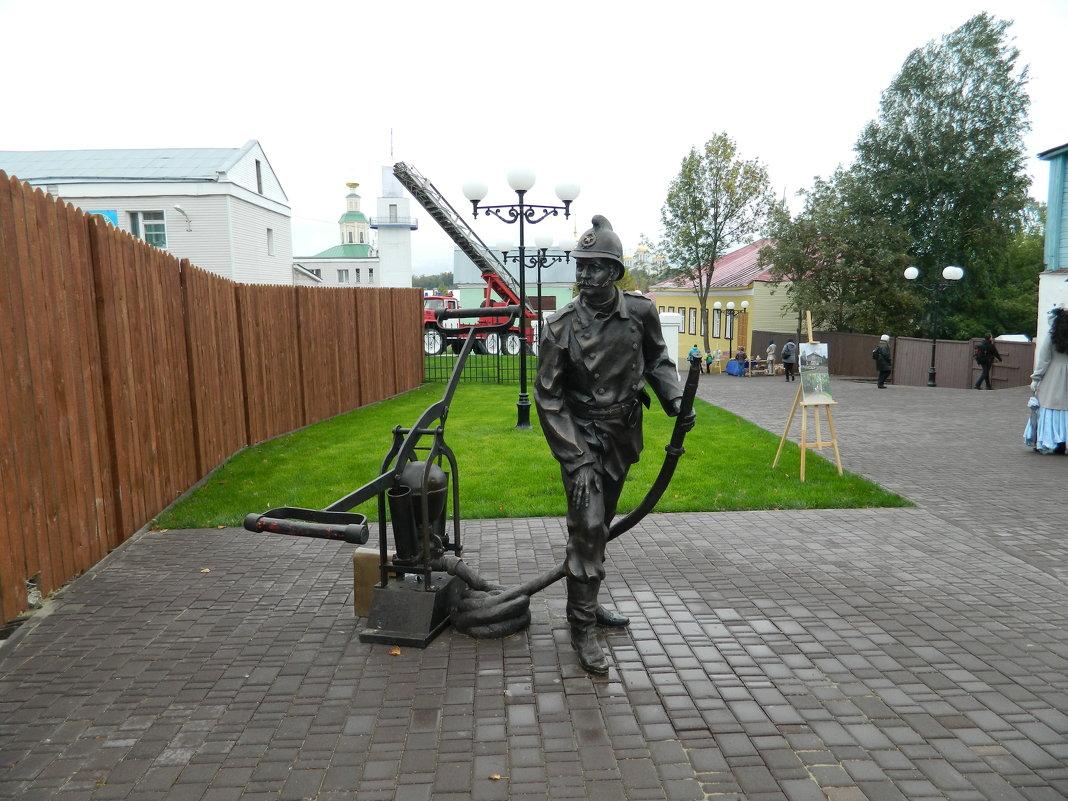 Скульптура пожарника и действующий пожарный насос - Andrew