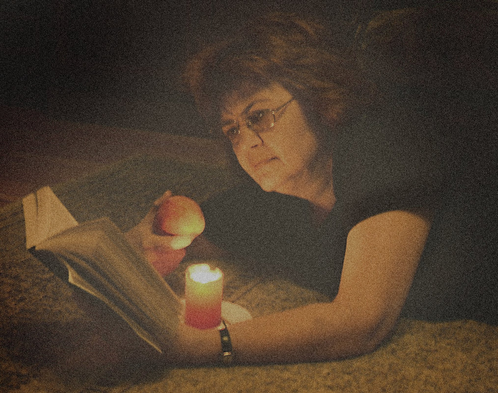 Женщина читает - Наталия П