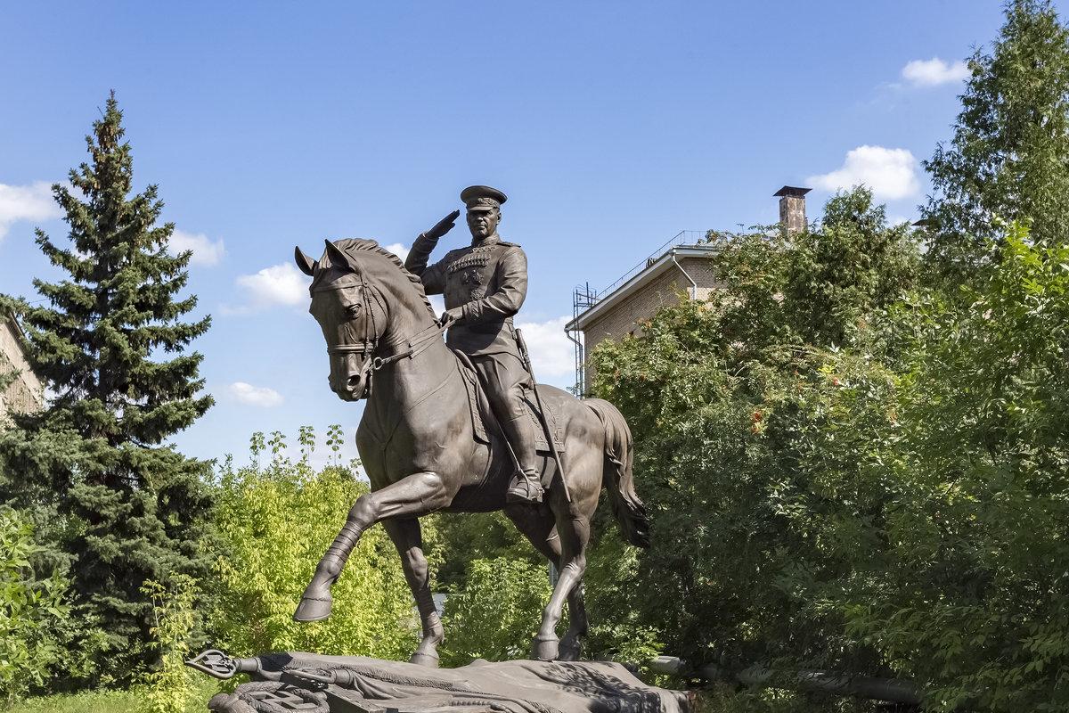 Маршал уехал от стен Кремля совершить конную прогулку за городом - aqbar aqbar