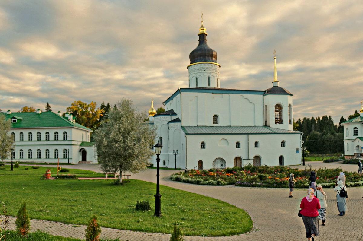 Собор Трех Святителей в Спасо-елеазаровом монастыре - Олег Попков
