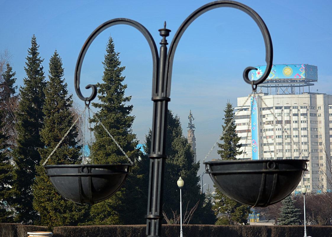 В сквере выше площади Республики, г. Алма-Ата - Асылбек Айманов