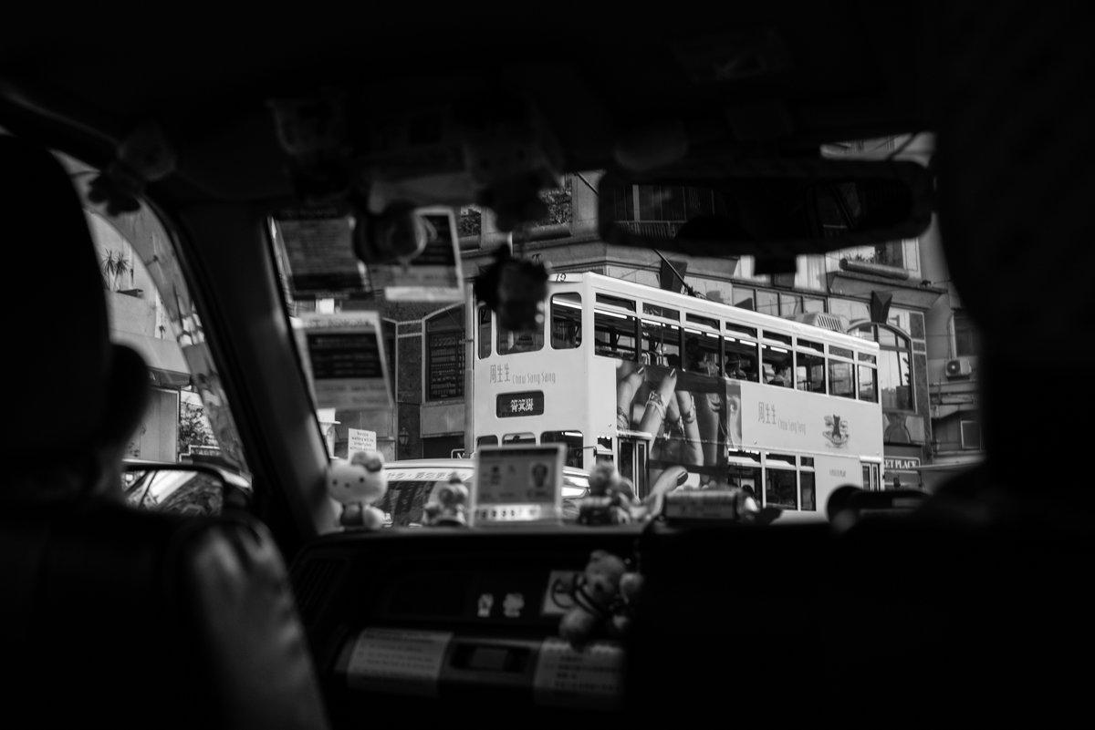 взгляд на гонконгский трамвай из гонконгского такси - Sofia Rakitskaia