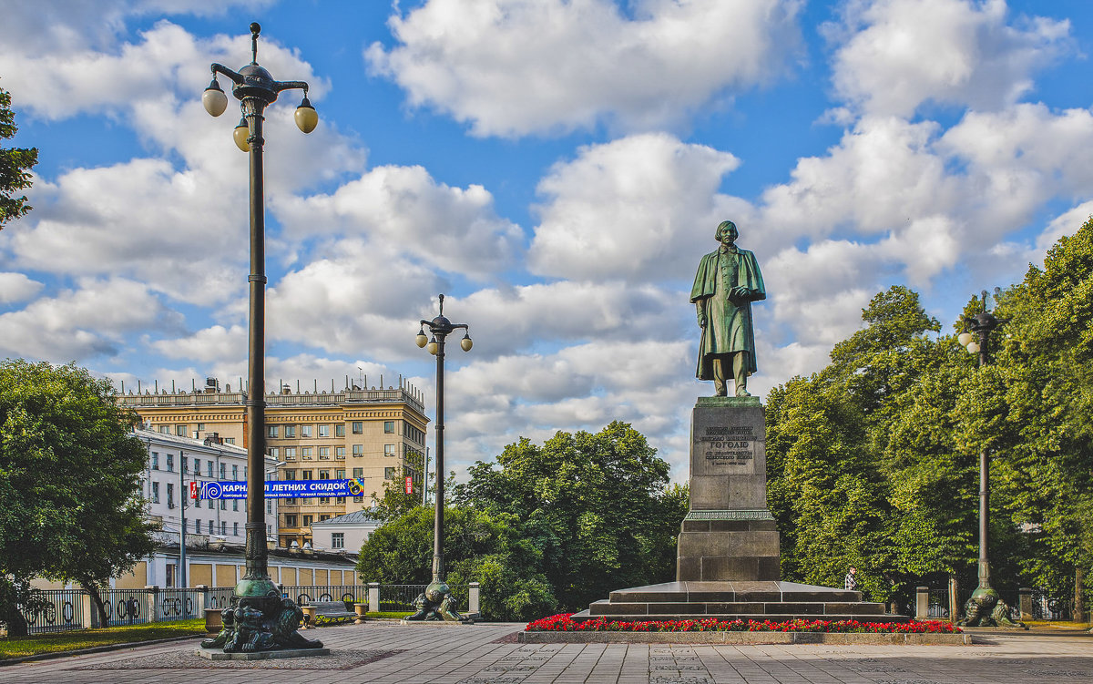 Москва. Памятник Н. В. Гоголю - В и т а л и й .... Л а б з о'в