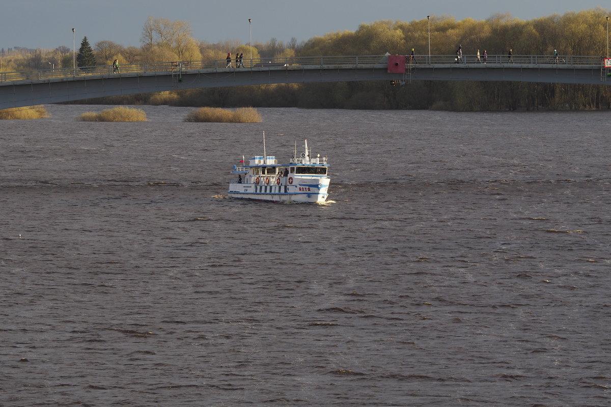 Кораблик и река Волхов, на улице май месяц, но холодный... - Олег Фролов