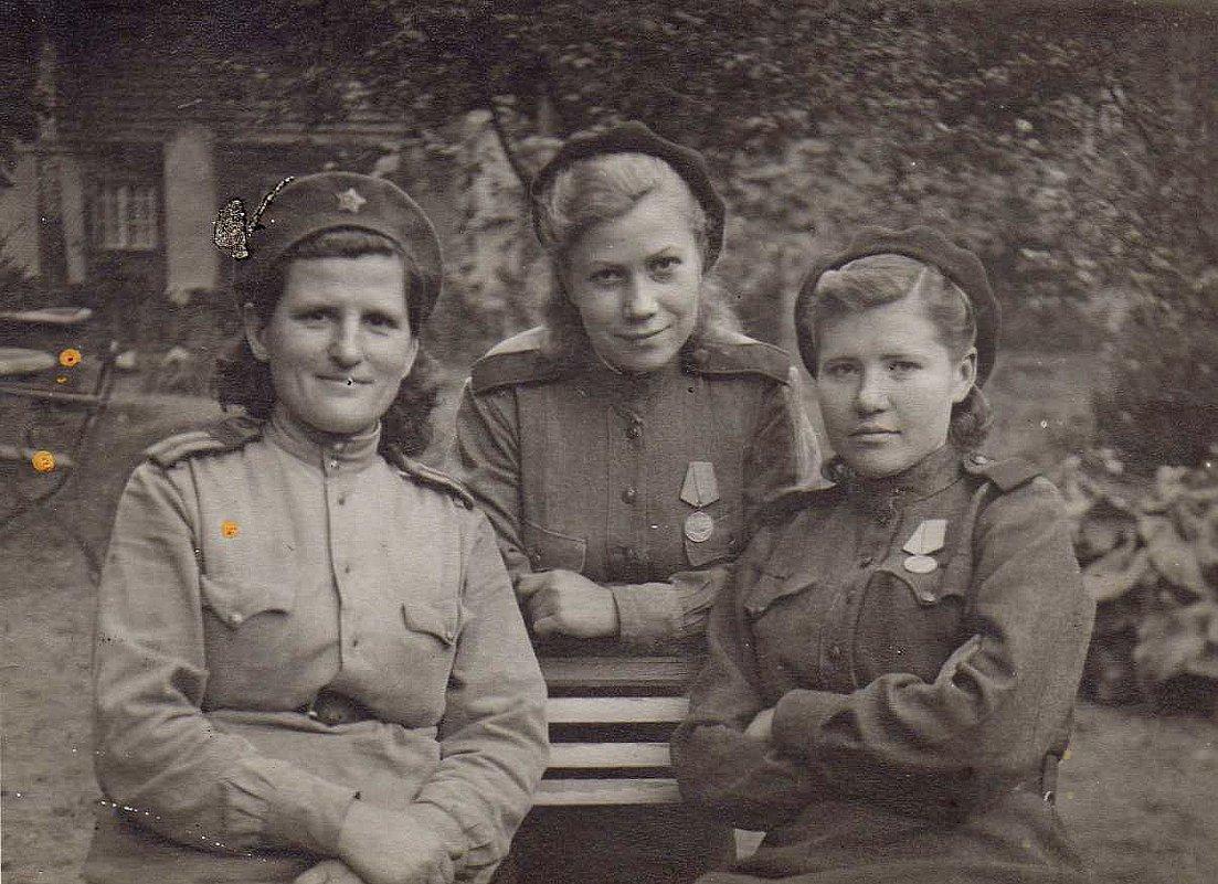 Моя мама (в центре) с подругами - Natalia Harries