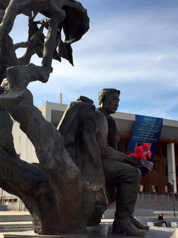 Памятник А.Кулаковскому, основоположнику якутской литературы. - Елена