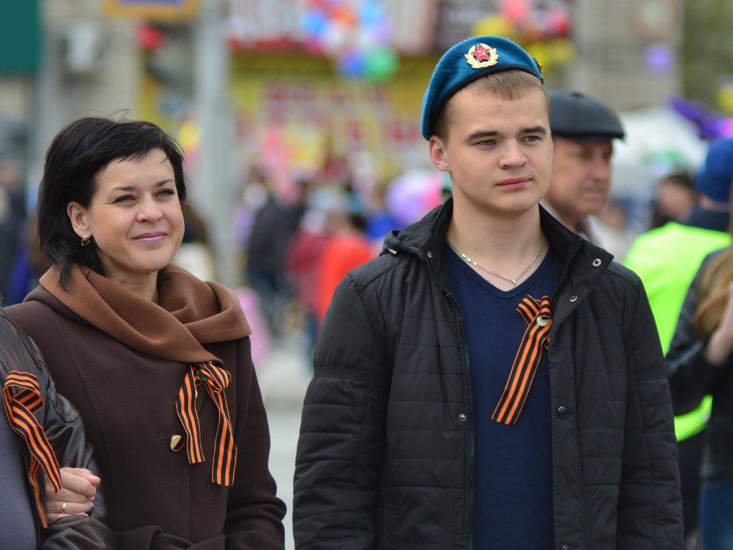 Мама (счастливая) слева а праздник (День Победы!) общий. - Михаил Полыгалов