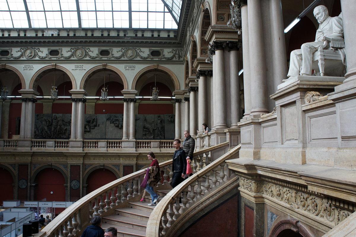 Роскошная мраморная лестница на верхней площадке которой стоит скульптура А.Л.Штиглица - Елена Павлова (Смолова)