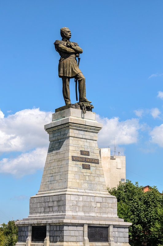 Памятник графу Н.Н. Муравьеву-Амурскому установлен на вершине утёса над Амуром. - Виктор Иванович Чернюк