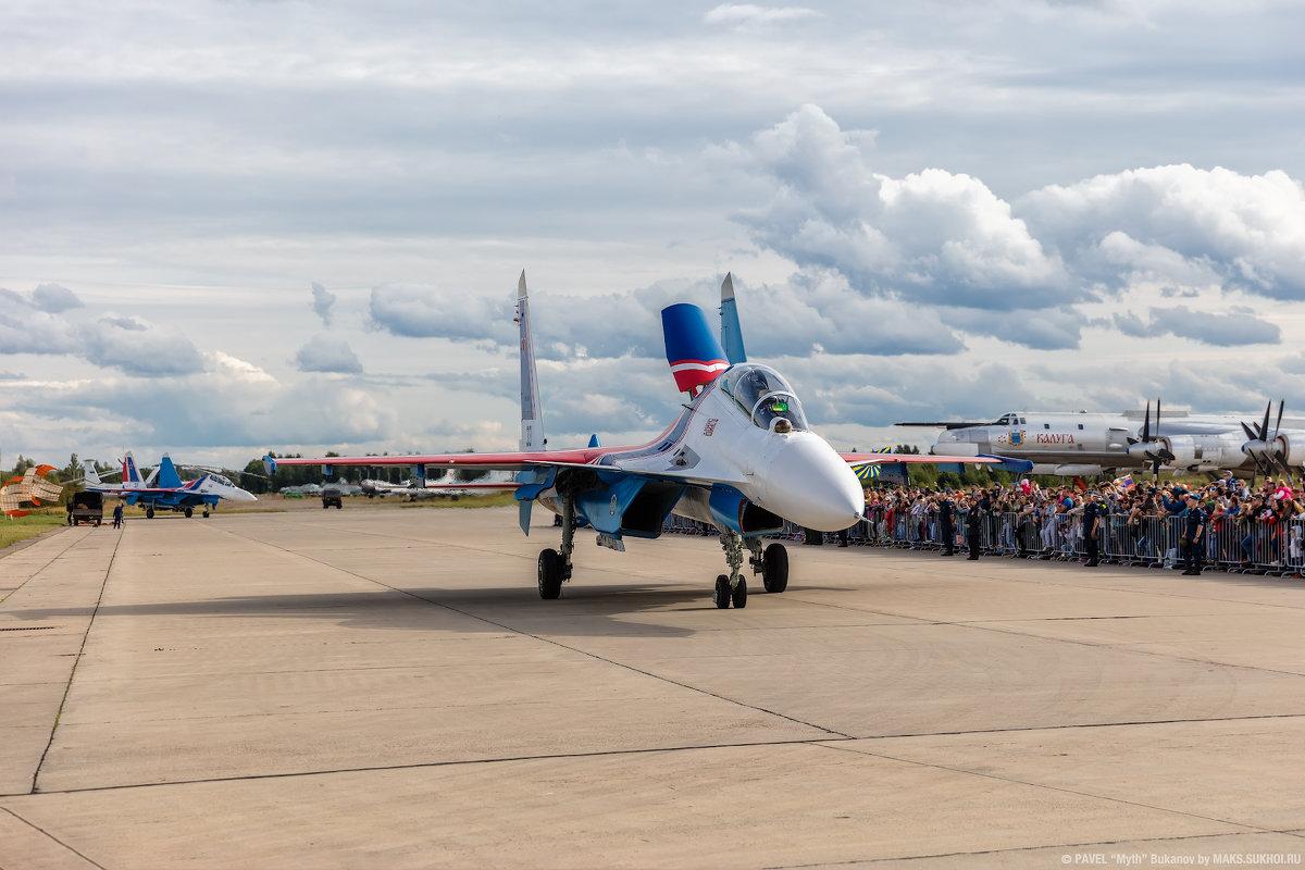 """""""Русские Витязи"""" на Су-30СМ приветствуют зрителей после воздушного показа. - Павел Myth Буканов"""