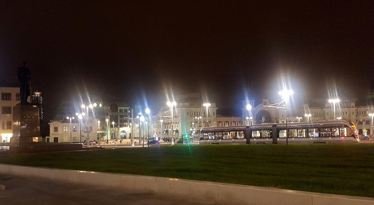 На площади Белорусского вокзала. - Елена