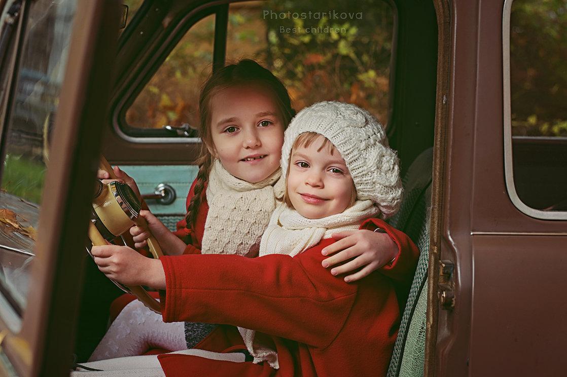 Всё просто: две девочки и один автомобиль... - Ксения Старикова