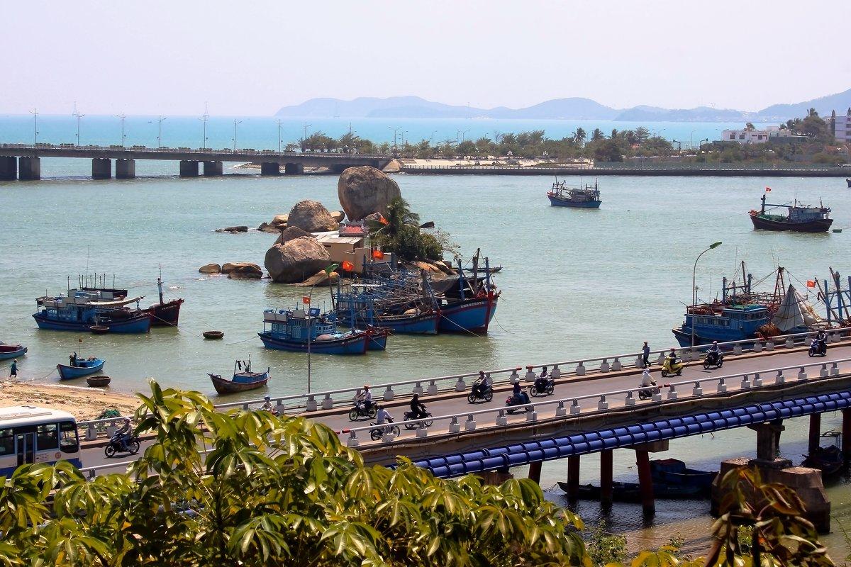 Мост Ксом Бонг в Нячанге  через реку Цай. фото с раздробленной композицией - Наталья Чистополова