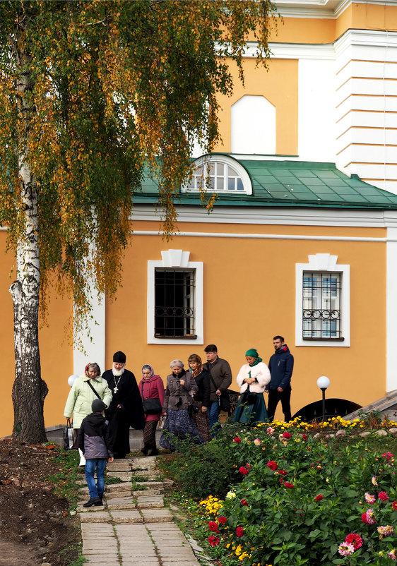 Паломники в Покровском Хотькове монастыре - Михаил Малец
