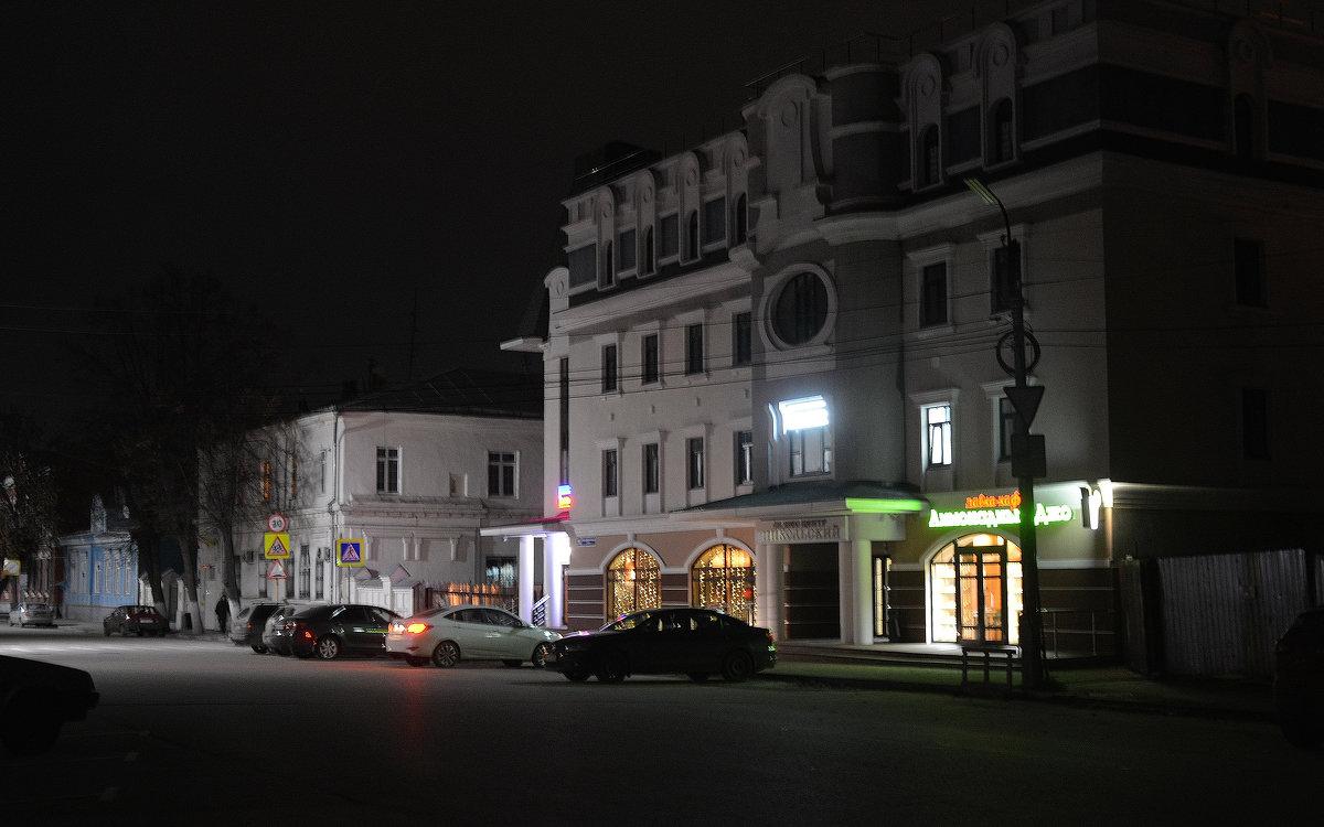 Старина и модерн при ночном освещении - Александр Буянов
