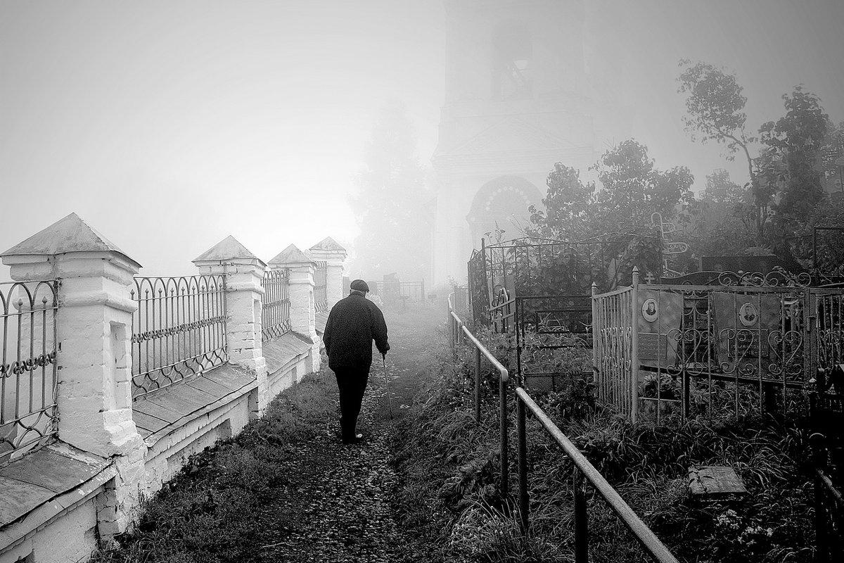 Туманное осеннее утро, на утреннюю службу в провинциальной церкви - Николай Белавин