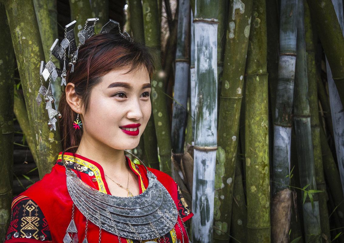 Китаянка народности Мяо в национальном костюме... - Cергей Павлович