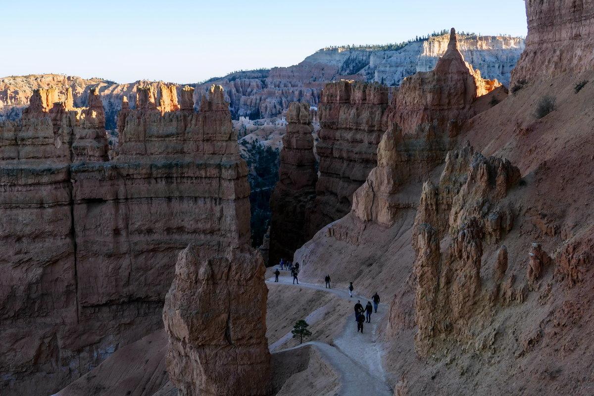 Вечер. Спускаемся всё ниже и ниже по тропе индейцев в каньон Брайс (США) - Юрий Поляков