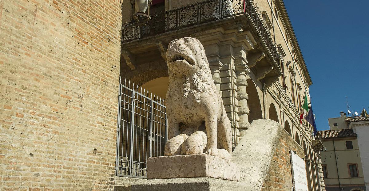 Лев возле Дворца Средневекового Собрания - leo yagonen