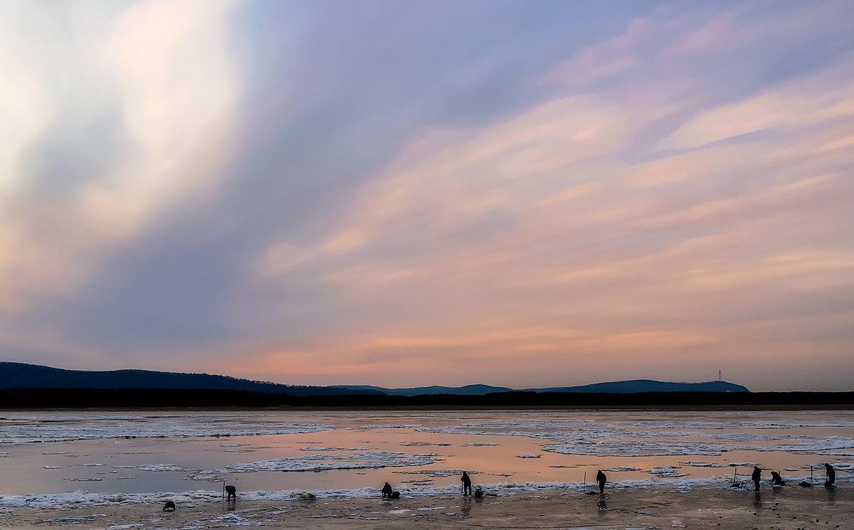 Рассвет над Амуром и рыбаки у самой кромки льда. - Виктор Иванович