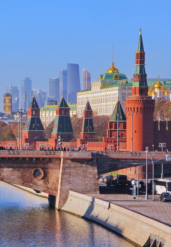 Москва, Вид на Кремлевскую стену (фрагмент). - Андрей