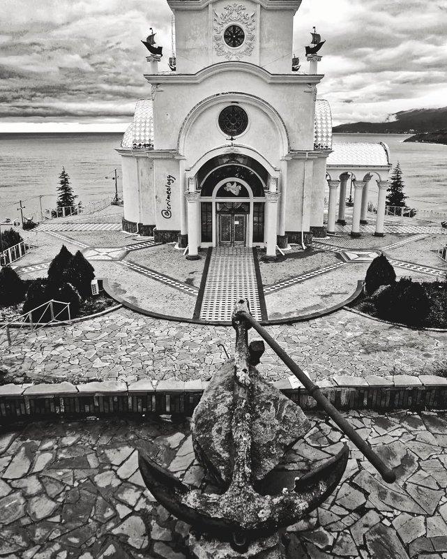 Храм, маяк, музей катастроф на водах... Впрочем, как всё универсальное: не светит, ни помолиться... - Сергей Леонтьев