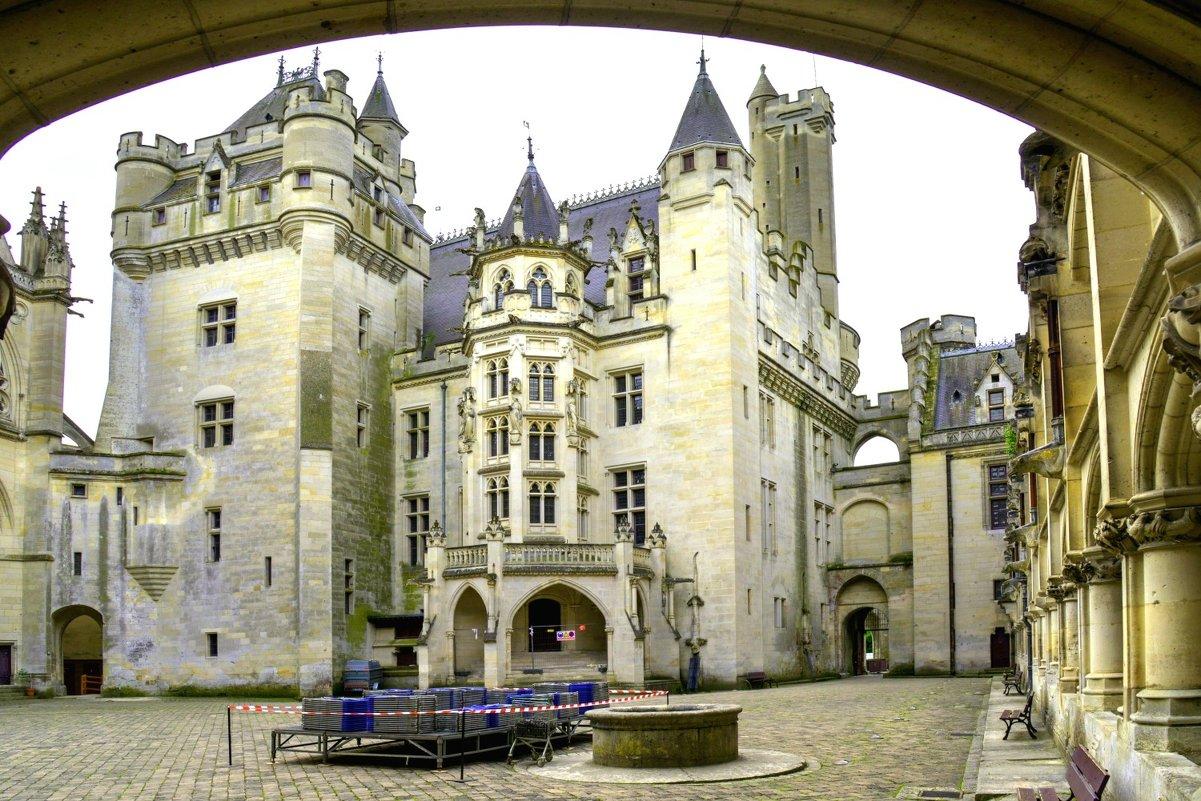 Замок Пьерфон вид со двора (chateau de Pierrefonds) - Георгий