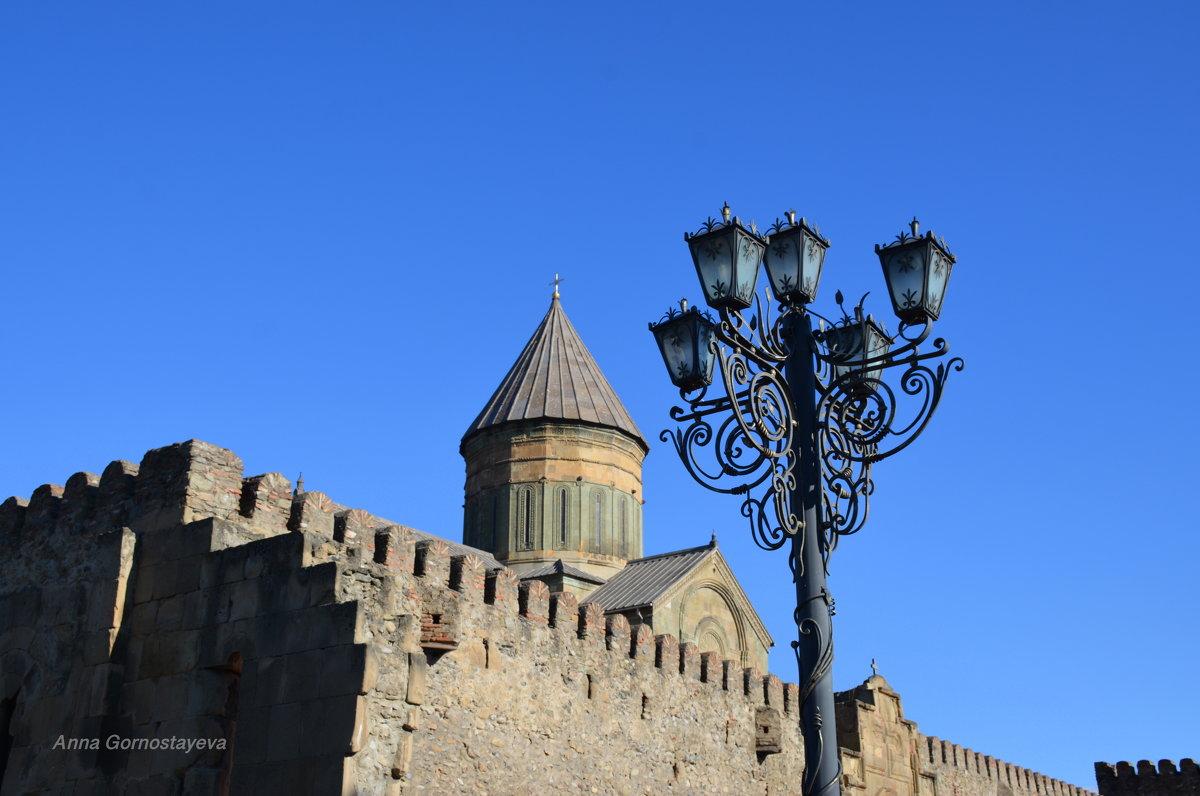 Крепостные стены храма Светицховели и фонари. - Anna Gornostayeva