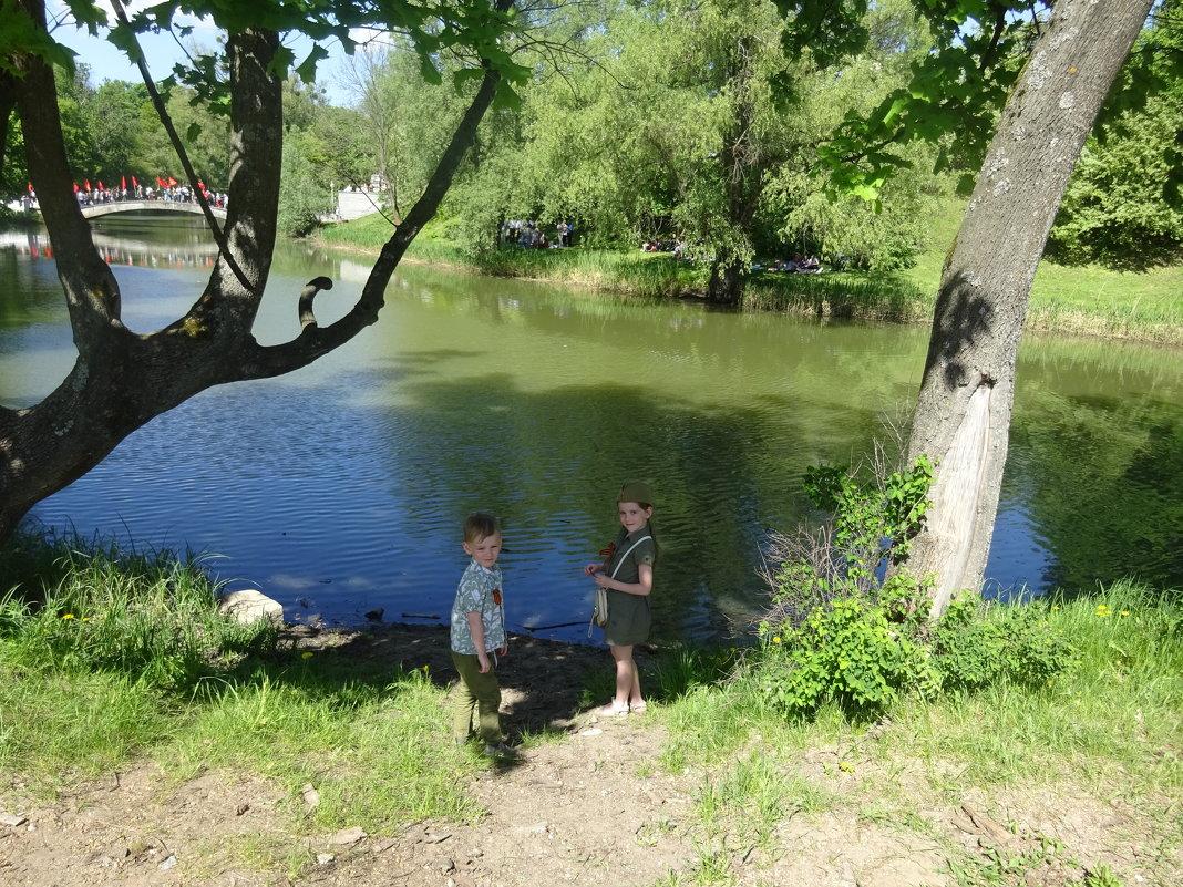 У озера в парке Победы. - галина