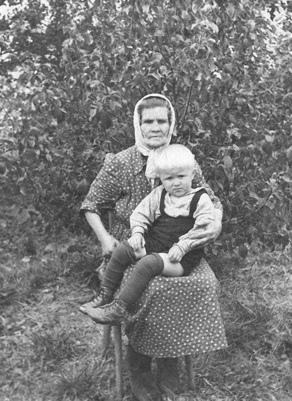 Моя бабушка, Мария Арсентьевна Полякова, и я на её коленях... - Юрий Поляков