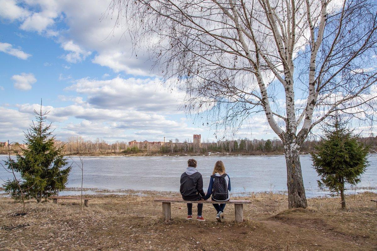 Волга, лавочка, апрель. - Игорь