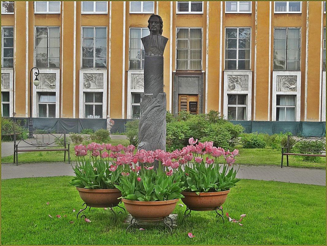 Памятник основателю ботанического сада - Вера