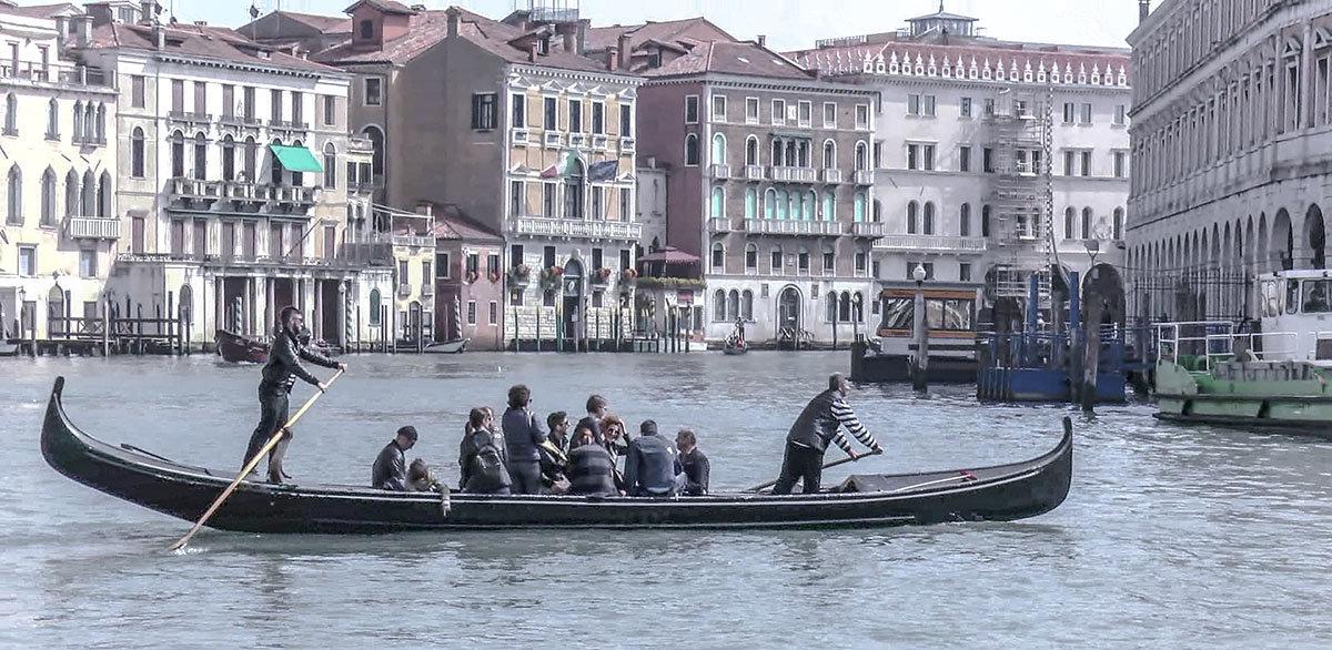 Venezia, traghetto attraverso il canal Grande. - Игорь Олегович Кравченко