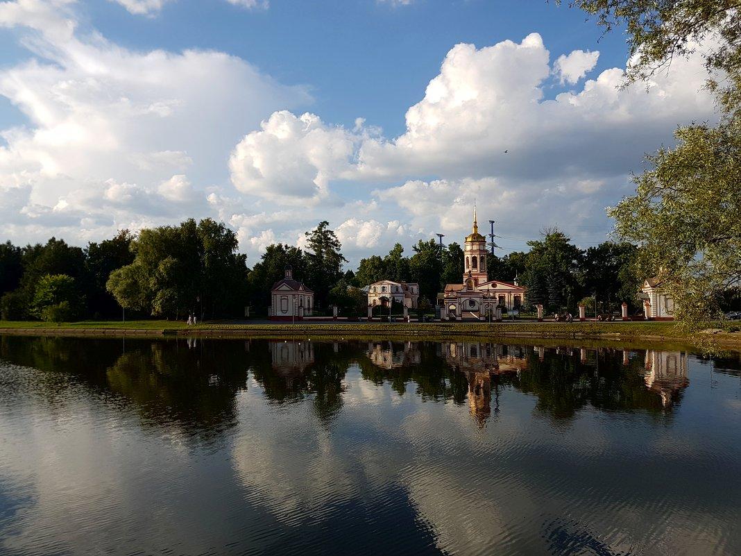 Знойный август. Храм Воздвижения Креста Господня в Алтуфьеве (Москва)