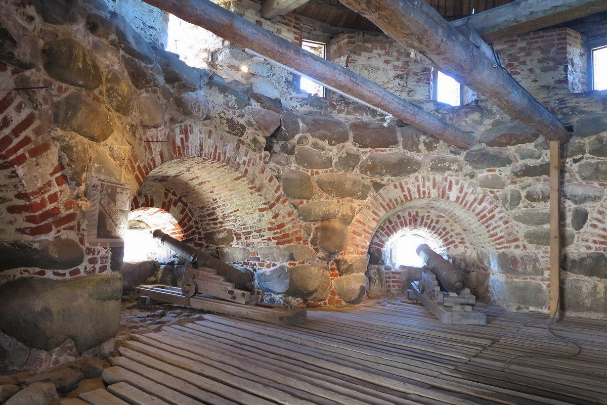 Пушки для обороны в башнях монастыря. - Ева Такус
