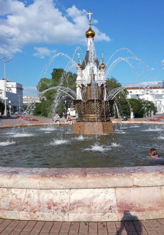 Хрустальные струи фонтана спасают в жаркий день - Елена Викторова