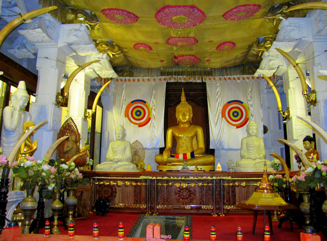 В  храме Зуба Будды - ИРЭН@ .