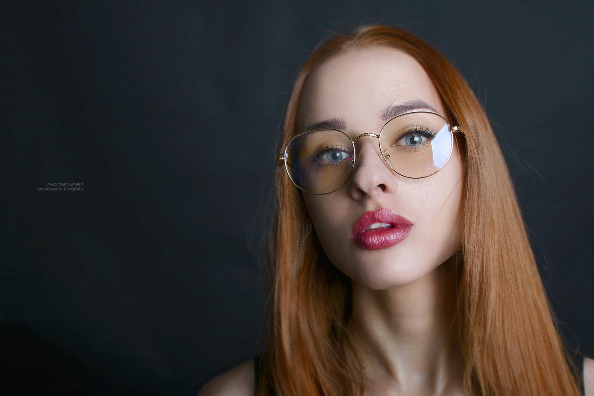 портрет девушки в очках - Евгений Бурнаев
