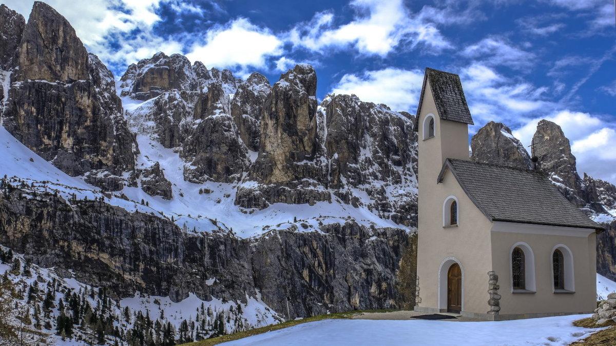 церковь построена в память погибших альпинистов - Георгий А